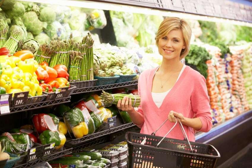 A woman shops for diabetes-friendly food.
